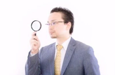 男_おじさん_スーツ_虫眼鏡